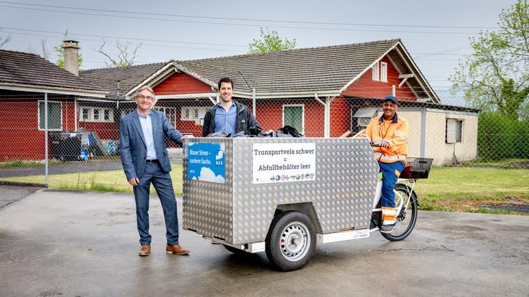 Das Ghüder-Container-Velo: Sponsor Hans Neuenschwander (Geschäftsleiter AEK onyx Gruppe), Philipp Heri (Gemeindepräsident Gerlafingen) und FahrerBrhane Debas. (Michel Lüthi)