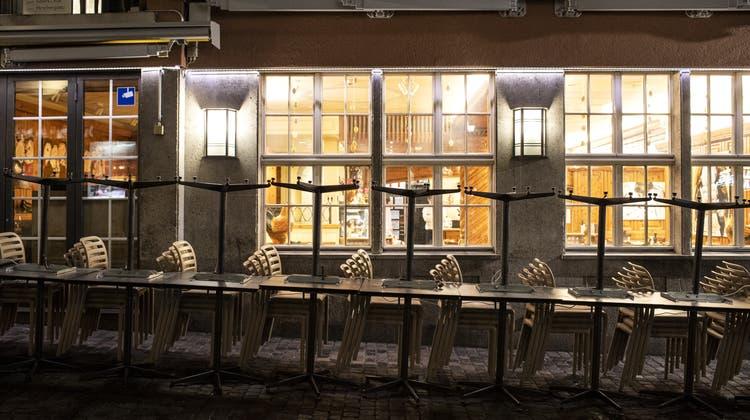 Keine Gäste, keine Einnahmen: Die Gastronomie wurde hart getroffen in der Coronakrise. Etwas Abhilfe schafft die Wirtschaftshilfe des Bundes. (Symbolbild) (Keystone)