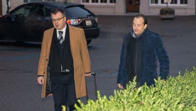 Riccardo Santoro (rechts) am Morgen des Prozessauftakts mit seinem Verteidiger Thomas Bosshardt auf dem Weg vors Gericht in Lenzburg. Januar 2019. (Claudio Thoma)