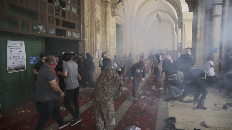 Szenen wie im Krieg: Alleine am Montag gab es in Jerusalem bei Zusammenstössen rund 300 Verletzte. (AP)