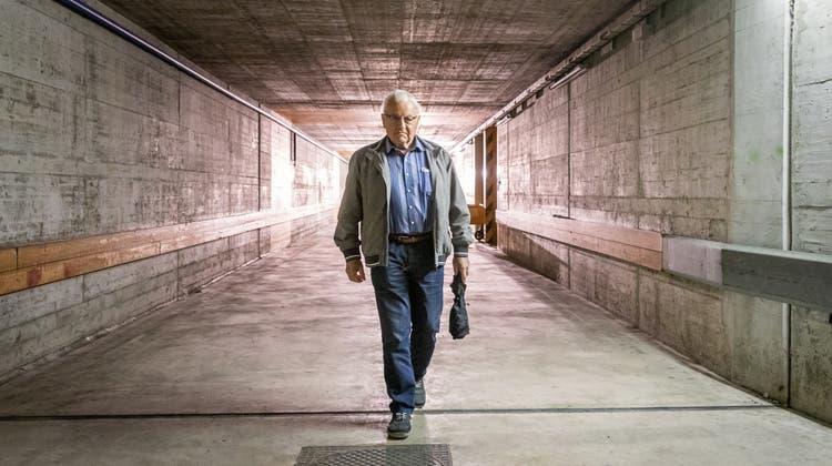 Ueli Kuhn kehrt nach 20 Jahren wieder in den alten Posttunnel zurück. Das weckt Erinnerungen. (Bild: Raphael Rohner)