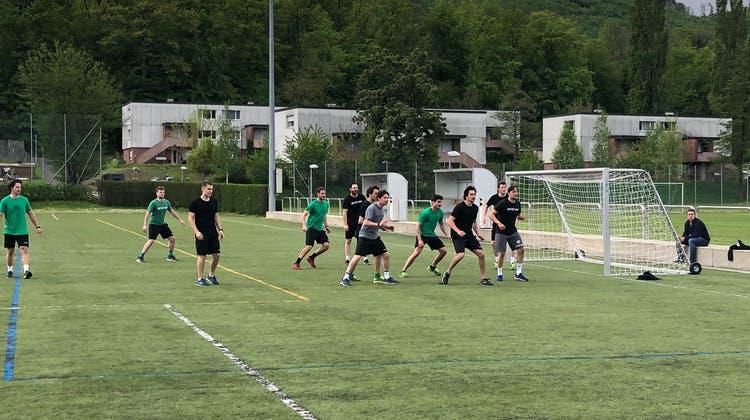 Der EHC Olten startet mit einem Fussballmätschli ins Sommertraining 2021. (ho)