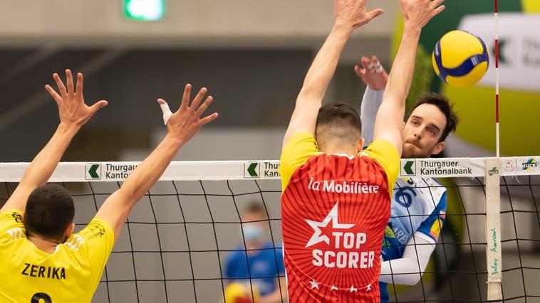 Björn Höhne (rechts) unterschreibt bei Volley Amriswil einen Vertrag über zwei Jahre. (Bild: PD)