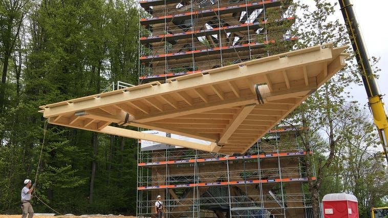 Der letzte Holzboden wurde am Montag vom Kran auf den Hasenbergturm gehievt. (Walter Christen)