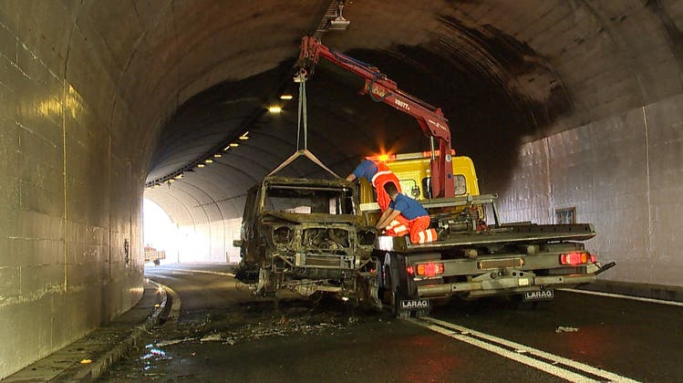 Zwei Autos geraten in Brand nach einer Auffahrkollision in einem Tunnel in Sisikon