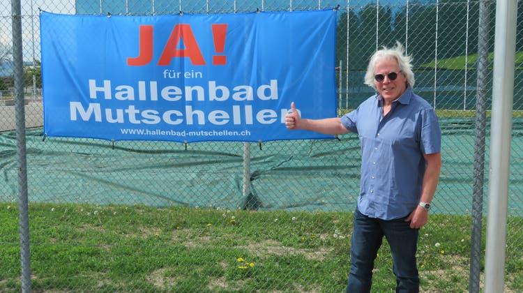 Urs Schweizer ist Präsident der IG Hallenbad Mutschellen, das hier neben der Burkertsmatt-Halle geplant wäre. (Marc Ribolla)