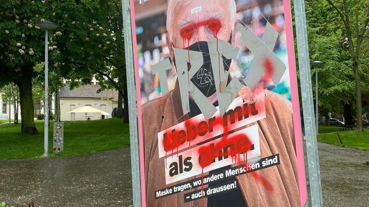 Eines der verunstalteten Plakate - hier im Elisabethenpark. (Aimee Baumgartner)