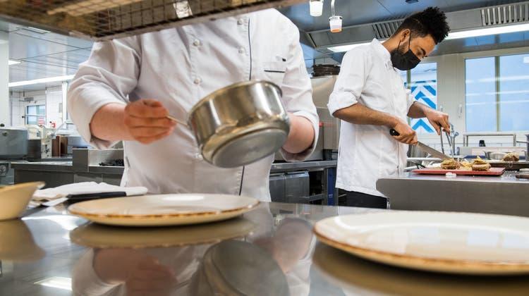 In der Gastrobranche gibt es auf dem Lehrstellenmarkt noch «gewisse Verzögerungen». (Symbolbild) (Eveline Beerkircher)