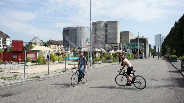 Die Uferstrasse im Hafenareal wird künftig an den Wochenenden und an Feiertagen für den Verkehr gesperrt. (Roland Schmid)