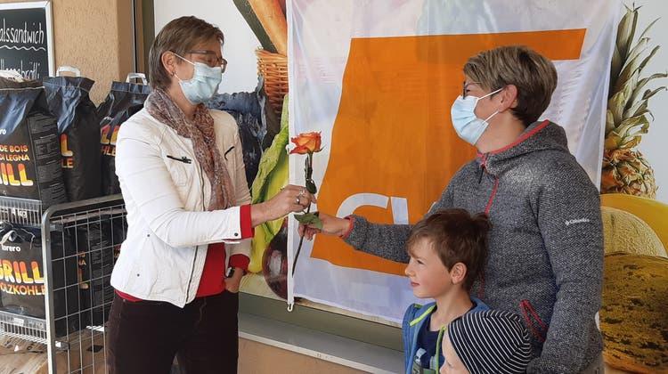CVP Grosswangen verteilt Muttertagsrosen
