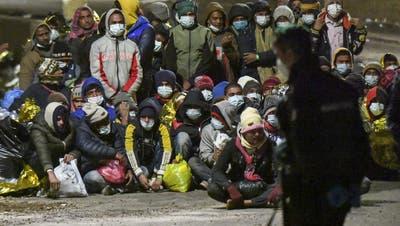 Viele Schutzsuchende mussten die Nacht im Freien verbringen: Wieder harren Tausende Flüchtlinge in Lampedusa aus. (Salvatore Cavalli / AP)