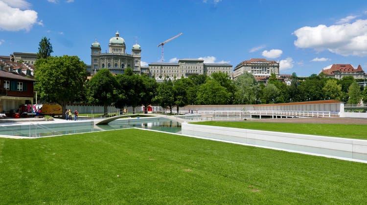 Gepflegter Rasen, Wasser und das Bundeshaus als Kulisse: Das Marzili in Bern ist eine der schönsten Badeanstalten der Schweiz. (Sportamt Bern)