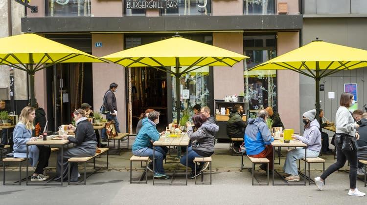 Seit die Beizen ihre Aussenbereiche wieder öffnen dürfen, sind die Tische bei schönem Wetter - wie hier in der Steinenvorstadt - gut besetzt. (Georgios Kefalas/Keystone)