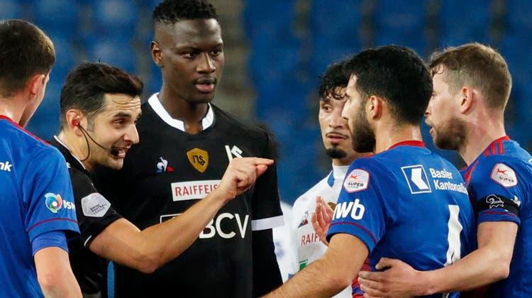 Ein Birmensdorfer mitten im Sturm der Emotionen. Fedayi San zeigt Basels Eray Cömert (rechts) im Match gegen Lausanne Ende Februar die rote Karte. (Marc Schumacher / freshfocus)