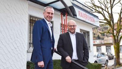 Am Standort Dussnang: Roman Kaiser, Leiter Firmenkundenberatung, und Eric Bischofberger, Bankleiter der Raiffeisen Regio Sirnach. (Bild: Roman Scherrer (14. Februar 2020))