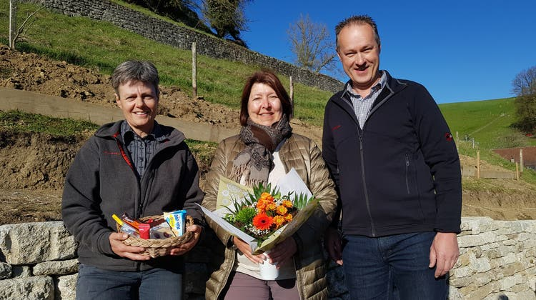 Die SVP Lenzburg nominiert Corin Ballhaus (56, M.) als Stadtratskandidatin. Aufdem Bild SVP-Präsidentin Brigitte Vogel und Michael Häusermann. (Zvg)