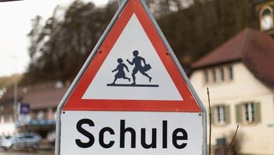 Verkehrstafel zugunsten der Sicherheit von Schülerinnen und Schülern. (Bild: Keystone/Gaetan Bally)