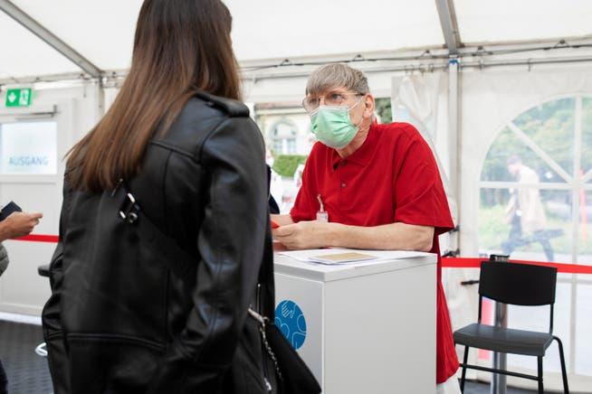 Eine Patientin wird befragt, bevor sie geimpft wird.