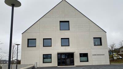 Das Gemeindehaus von Fischbach-Göslikon: 60 Prozent der Umfrage-Teilnehmer empfinden die Verwaltungsangestellten als freundlich. (Bild: Marc Ribolla(28. November 2020))