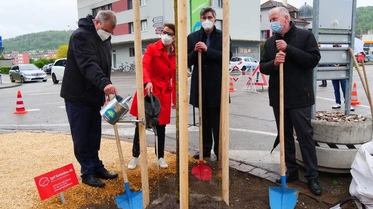 Griffen zu Schaufel und Giesskanne, von links Alexander Guhl, Rita Schwarzelühr-Sutter, Martin Kistler und Stephan Attiger. (Hans Christof Wagner)