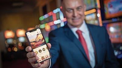 Casino-Luzern-CEO Wolfgang Bliem zeigt das Online-Casino auf dem Smartphone. (Bild: Pius Amrein (Luzern, 10. Mai 2021))