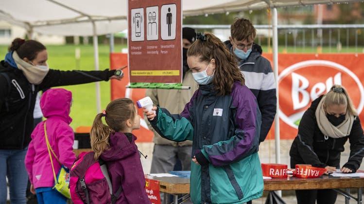 Kinder und Jugendliche brauchen ihre Freiheiten wieder zurück, so die Gast-Autorin. Im Bild: Teilnehmerinnen des Schweizer Jugendsporttags«Jugitag» 2021. (Keystone)