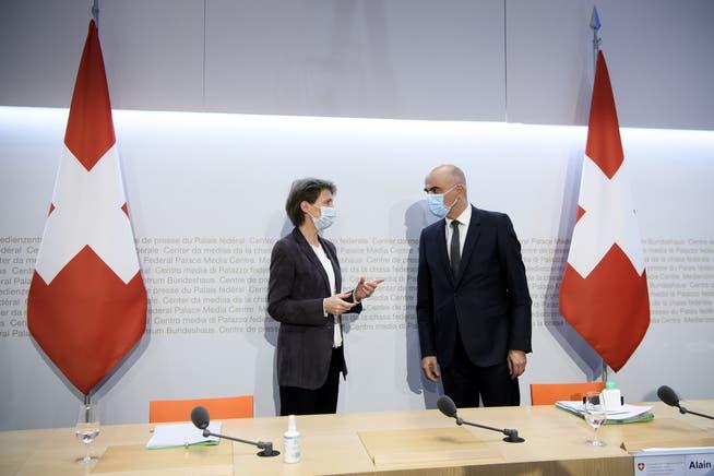 Die SP-Bundesräte Simonetta Sommaruga (links) und Alain Berset wurden erst kurz vor dem Brüssel-Besuch von Guy Parmelin darüber informiert, dass die EU der Schweiz das Angebot gemacht hatte, beim Lohnschutz den Vertragstext wieder zu öffnen.