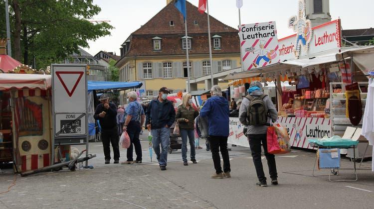 Schon seit 15 Jahren ist Walter Notz am Brugger Maimarkt (links, rote Maske) anzutreffen. Mit seinem Mitarbeiter Walter Ulrich bietet er an seinem Stand Käse, Fleisch und Wurstware an. (Bild: Janine Walthert)