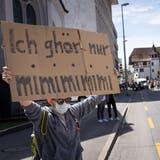 «Ich ghör nur mimimimimi»: Ein junger Aarauer mit einem Plakat gegen die Coronademonstranten am 8. Mai – am kommenden Samstag könnte es zur Konfrontation kommen, wenn erneut demonstriert wird. (Raphael Huenerfauth)