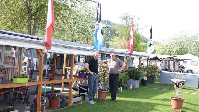 Fabian Benz und Roger Mösch (r.), Betreiber des Fricker Campingplatzes, freuen sich über die hohe Nachfrage. (Dennis Kalt (25. März 2019))