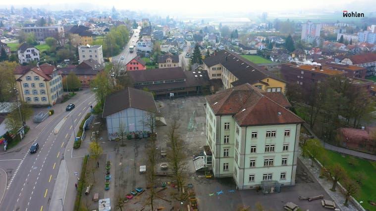 Eine Drohnenaufnahme zeigt im neuen Werbevideo der Gemeinde Wohlen das Schulzentrum Halde, wie es jetzt noch aussieht. (Printscreen)