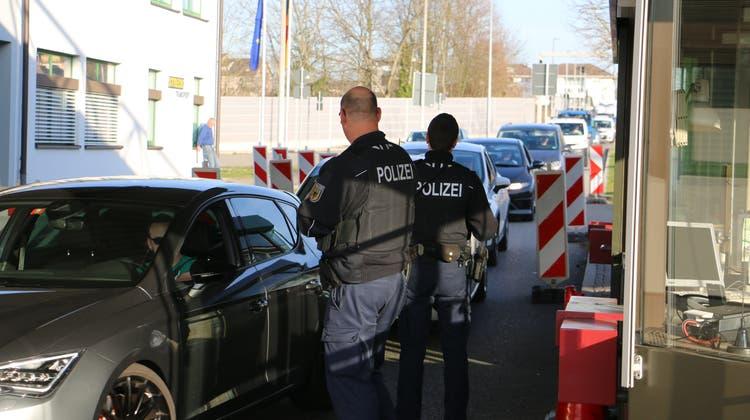 Anders als beim ersten Lockdown kontrolliert die deutsche Polizei nicht mehr jedes Fahrzeug. Trotzdem sind Stichproben möglich. (Dennis Kalt/az)
