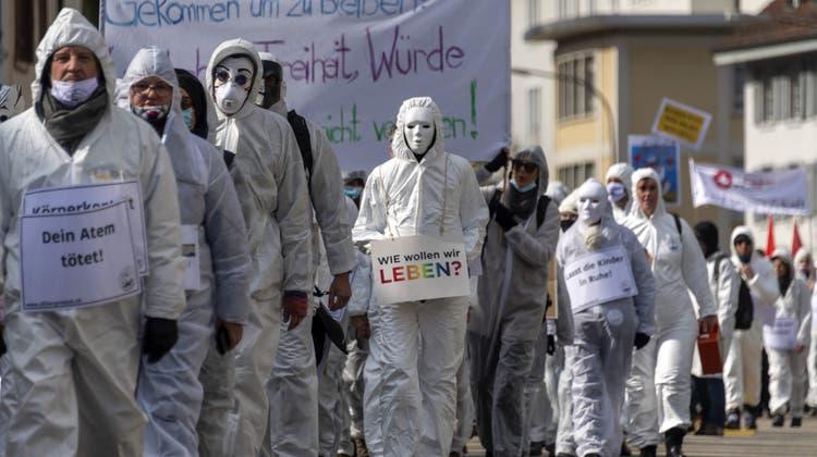 So viele waren sie seither nicht mehr: Anhänger des Vereins Stiller Protest bei einer Demonstration gegen die Massnahmen zur Eindämmung des Coronavirus in Liestal, am Samstag, 20. März 2021. (Georgios Kefalas / KEYSTONE)