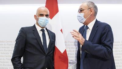 Bundespräsident Guy Parmelin (r.) und Bundesrat Alain Berset stellten am Mittwoch die neuenÖffnungsplänevor. (Peter Schneider / KEYSTONE)