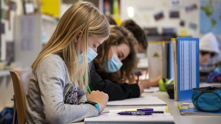 Im Schulhaus gilt weiterhin Maske auf; auf dem Pausenplatz hingegen muss im Aargau ab Montag keine Maske mehr getragen werden. (Keystone)