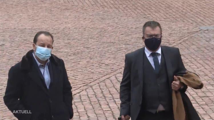 Riccardo Santoro (l.) vor dem Obergericht. (TeleM1)