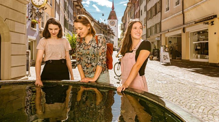 Drei junge Frauen entdecken in der Sommerkampagne von Aargau Tourismus historische Städtchen wie Bremgarten. (zvg/Rob Lewis Photography)