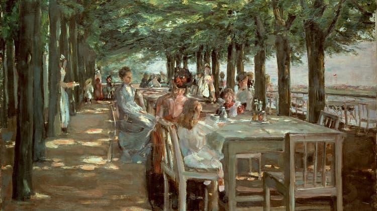 Genuss pur: ein sonniger Nachmittag auf einer baumbestandenen Terrasse am Wasser. Max Liebermann malte das stimmungsvolle Bild 1902 bei einem Aufenthalt in Hamburg für die dortige Kunsthalle. (akg-images/key)