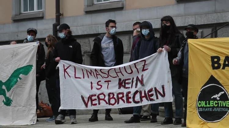 «Klimaschutz ist kein Verbrechen» – Kundgebung vor Prozess gegen Klima-Aktivisten