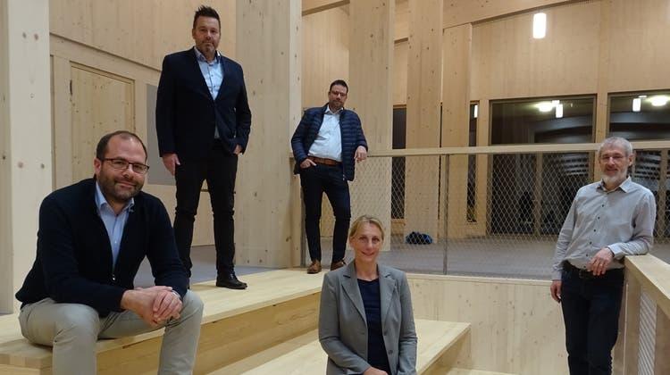 Die alte und neue Primarschulbehörde: Präsident Sven Bürgi, Michael Sigg, Thomas Gisler, Patricia Otto und Markus Holenstein. (Bild: PD)