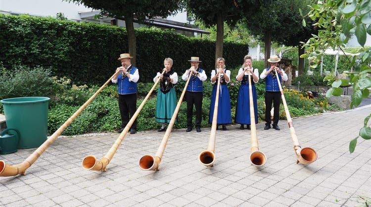 Die Mitglieder derAlphorngruppe Reussblick in Aktion. (zvg)