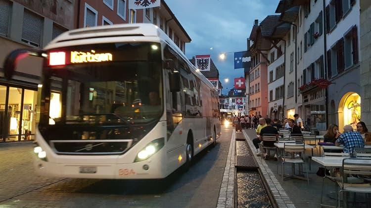 Die Busse müssen sich den knappen Platz in der Aarauer Altstadt mit den Menschen teilen. (Nadja Rohner)