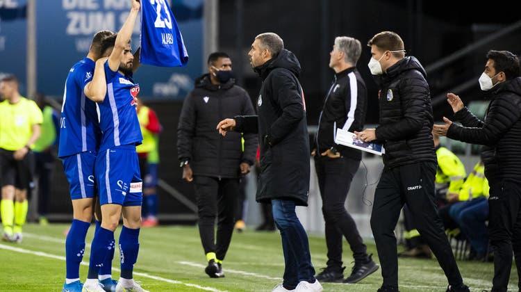 Luzerns Torschütze zum 1:0,Varol Tasar, hält nach seinem Treffer das Leibchen mit der Nummer 23 des gravierend verletzten Samuel Alabiin die Höhe. (Bild: Jean-Christophe Bott/Keystone (Sion, 12. Mai 2021))