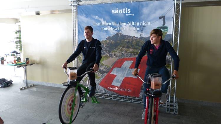 Die Schweizer Radrennfahrer Stefan Küng und Stefan Bisseggerbeim Spassparcours während des Sporttreffens auf dem Säntis. (Bild: Lilli Schreiber)