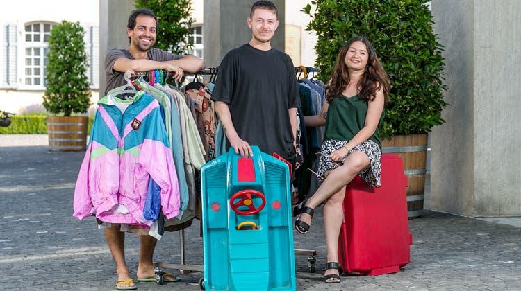 Misael Morant (von links), Nikola Antolkovic und Patricia Wassmer veranstalten mehrere Flohmärkte in Brugg. (Bild: Sandra Ardizzone (26. Juni 2019))