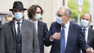 Die Bundesräte Alain Berset und Guy Parmelin verkünden die neuen Öffnungsschritte per Ende Mai. Sie sind optimistisch. (KEY)