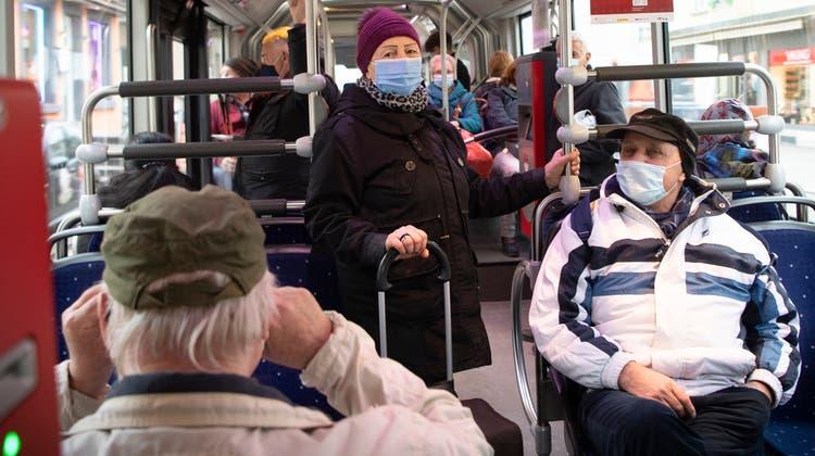 Im öffentlichen Verkehr gilt nach wie vor die Maskenpflicht. (Bild: Ralph Ribi)