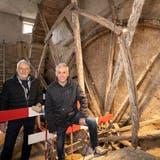 Der Verein Kultur am Mühlebach Böttstein möchte das grösste Wasserrad seiner Art erneuern. Das ist aber nicht das einzige Projekt, wie Vereinspräsident Peter Ming und Vorstandsmitglied Edi Wiederkehr vor Ort erklären. (Bild: Alex Spichale)