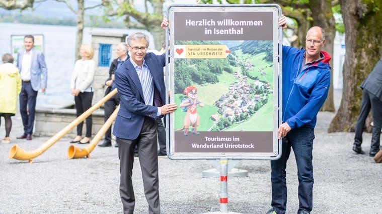 Der Zuger Stadtpräsident Karl Kobelt (links) und Erich Infanger, Gemeindepräsident von Isenthal, eröffnen die Ausstellung. (Bild: Jan Pegoraro (Zug, 12. Mai 2021))