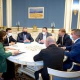 Stadler-Chef Peter Spuhler (rechts) im ukrainischen Präsidentenpalast. Linksaussen neben der Dame Präsident Wolodymyr Selenskyj. (Bild: PD)